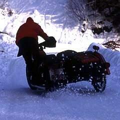 kleiner roter traktor zu kalt für schnee